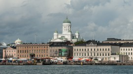 Buildings_near_Kauppatori_and_Helsinki_Cathedral_20100825_1 bis